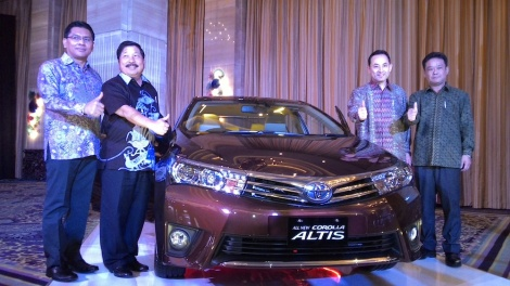 Toyota Astra Motor President Mr. Johnny Darmawan together with Corolla Altis Chief Engineer Sinichi Yasui introduces the All New Corolla Altis for Indonesian Market on 8 January 2014 in Jakarta. Together with them are Mamoru Akiyama (Toyota Astra Motor Vice President) and Rahmat Samulo (Toyota Astra Motor Marketing Director)