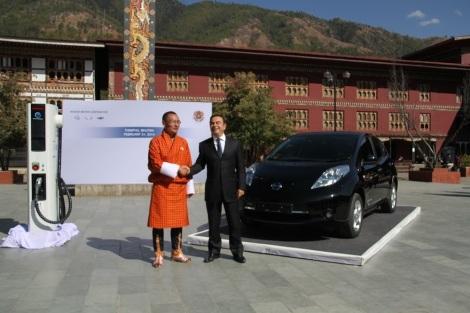 El primer ministro Tshering Tobgay y CEO de Nissan, Carlos Ghosn