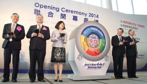 Vice-chairman of the Taiwan External Trade Development Council (TAITRA) San Gee (second right; vice-chairman of Taiwan Electrical and Electronic Manufacturers' Association (TEEMA) Cheng Fu-hsiong 9second left); and deputy director-general of the Bureau of Foreign Trade Cynthia Kang (centre), attend the 4-in-1 Mega Show's opening ceremony