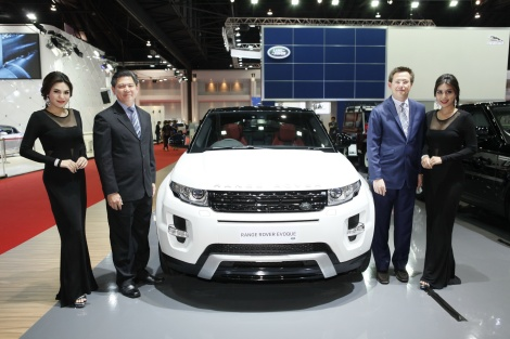 (from left) Sanpong Chuenroj– Managing Director, City Automobiles Co. Ltd.,  and Danai Chandrangam– General Manager, City Automobiles Co. Ltd., with New Range Rover Evoque 2014