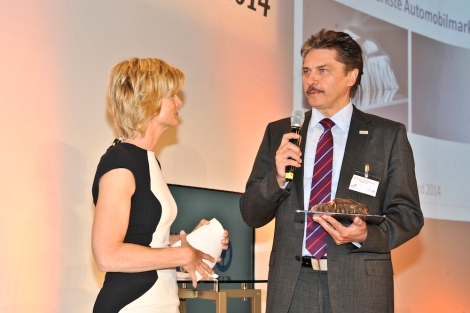 Automotive Innovations Award 2014. The presenter Barbara Hahlweg congratulate Prof. Dr.-Ing. Rudolfo Schöneburg, Daimler AG.