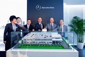 Mercedes-Benz eröffnet weltweit größtes Pkw-Trainingscenter in China: Nicholas Speeks (2.v.r.), President und CEO der chinesischen Vertriebsgesellschaft Beijing Mercedes-Benz Sales Service Co., Ltd. (BMBS), Zhang Mingxia (1.v.l.), Leiterin Training & Retail Qualification BMBS und Bernhard Auer (3.v.r.), Leiter Vertriebssteuerung Mercedes-Benz Cars China, zusammen mit Repräsentanten der Mercedes-Benz Händlergruppen bei der Einweihung des Trainingscenters in Shanghai.//Mercedes-Benz Opens in China its Largest Passenger Car Training Center in the World: Nicholas Speeks (second from right), President and CEO of Beijing Mercedes-Benz Sales Service Co., Ltd. (BMBS), Zhang Mingxia (first from left), Head of Training & Retail Qualification BMBS and Bernhard Auer (third from right), Head of Sales Management Mercedes-Benz Cars China, together with representatives from Mercedes-Benz dealer groups during the Opening Ceremony in Shanghai.