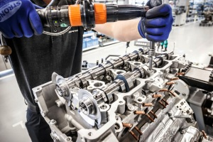 """Assembly of the AMG 4.0-litre V8 biturbo engine (M178)according to the """"one man, one engine"""" principle."""