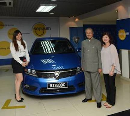 YABhg Tun Dr Mahathir Mohamad, chairman of PROTON Holdings Berhad with Miss Yew Yi Lin (Proton Suprima S owner) and mother.