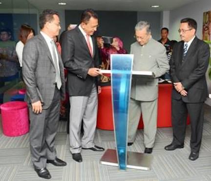 From right – YBhg Dato' Hisham Othman, Chief Operating Officer, Commercial PROTON, YBhg Dato' Abdul Harith Abdullah, Chief Executive Officer PROTON.   From left – Encik Azmi Idris, Chief Executive Officer PROTON Edar Sendirian Berhad, YABhg Tun Dr Mahathir Mohamad, Chairman of PROTON.