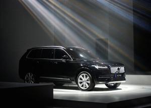 2015_Volvo-XC90_02
