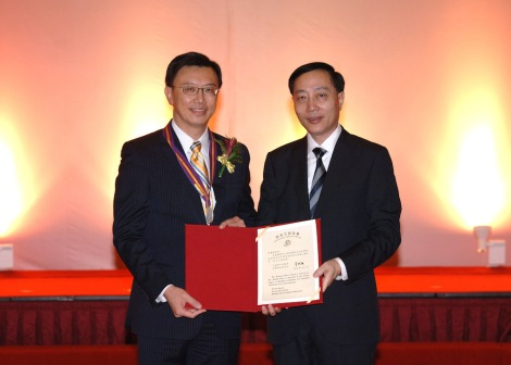 GM Executive Vice President and President of GM China President Matt Tsien (left) receives the Magnolia Award from Li Junming (right), Director of the Foreign Affairs Office of the Shanghai Municipal Government.