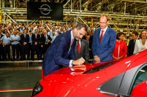 Big day for the Spanish plant in Zaragoza: King Felipe VI was present and even signed the first Opel Mokka to roll off the production line. On the right: Michael Lohscheller, CFO Opel Group.
