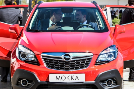 The first Opel Mokka from Zaragoza: King Felipe VI of Spain (right) with Michael Lohscheller, CFO Opel Group was the guest of honour.