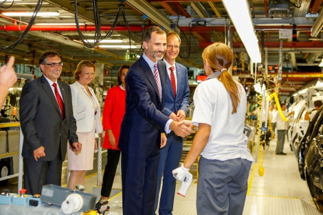 King Felipe VI of Spain was the guest of honor at the start of production of the Mokka in Zaragoza, here he is being shown around by Michael Lohscheller, CFO Opel Group (right).