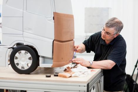 Mike MAc Isaac, seorang modeller yang membantu aktualisasi model truk