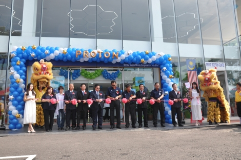 YBhg Dato' Abdul Harith Abdullah, CEO of PROTON Holdings Berhad flanked by Norzahid Bin Mohd Zahudi, CEO Proton Edar Sdn Bhd on his left and Allan Wong, Managing Director, Mercu Usaha Mesra Corporation on his right, officiating PROTON's new 4S centre in Sungai Petani, Kedah.