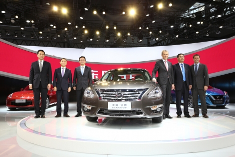 Nissan Corporate Vice President Roel de Vries (third from right) joined by international football superstar Michael Owen (first from right) at the Auto Guangzhou 2014 press conference for Nissan.