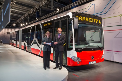 World premiere of Mercedes-Benz CapaCity L: (l to r) Ulrike Riedel and Hartmut Schick