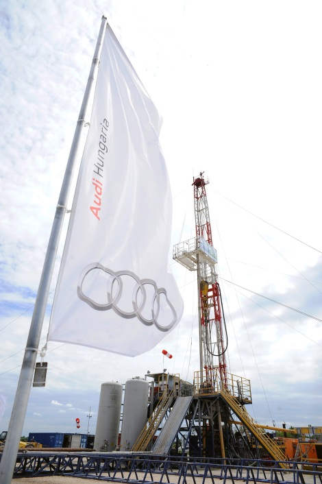 An ultramodern geothermal plant is to be constructed in Pér, close to the Audi Hungaria factory in Győr. After going into operation in just over a year, it will supply the company with at least 82,000 megawatt hours of geothermal energy per annum and will cover about 60 percent of total heat requirements.