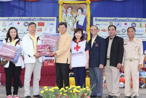 Pairuch Puenduang (second from left) and Oranuch Pruckwattananon (left), members of the HKKT Fund committee, help deliver packs of blankets to Chiang Rai Governor Pongsak Wangsamer (third from left), together with Lt. Gen. Dr. Amnat Barlee (third from right), Director of the Relief and Community Health Bureau of the Thai Red Cross Society, who joined in the distribution of relief items to people affected by the cold in Chiang Rai province.