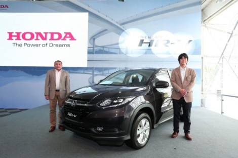 HMSB-President-COO-Mr.-Roslan-Abdullah-All-New-HR-V-A-LPL-Mr.Yosuke-Sato-with-the-All-New-HR-V