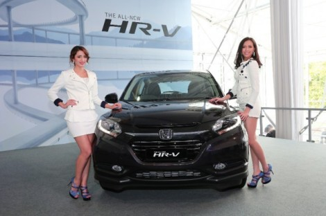 04-Models-posing-with-the-All-New-HR-V_resize-630x419