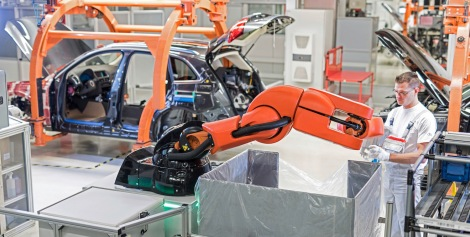 Human-robot cooperation at Audi: At the plant in Ingolstadt, the PART4you robot works hand-in-hand with people – without any safety barriers and ideally adapted to the employees' working cycles. This innovative technology makes production work easier and improves ergonomics.
