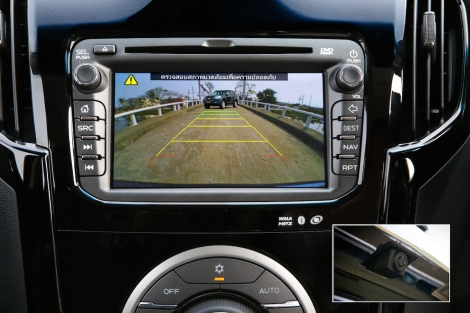 Reverse camera: The area behind the vehicle is shown on the on-board touch-screen color display with dynamic guidelines that show the vehicle's potential coverage area. The potential coverage area changes orientation according to steering inputs. (Inset): Rear view camera located on Trailblazer's tailgate.