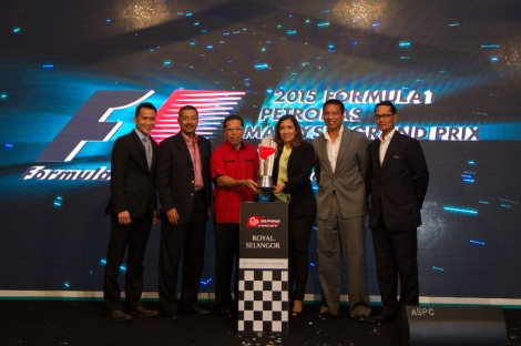From left to right - Chen Tien Yue, Executive Director of Royal Selangor Marketing, Tan Sri Mokhzani Tun Mahathir, Chairman of Sepang International Circuit, YBhg. Datuk Seri Haji Ahmad Phesal bin Haji Talib, Mayor of Kuala Lumpu r, Cik Liz Kamaruddin, PETRONAS Group Senior General Manager for Strategic Communicatio ns, Dato' Razlan Razali, Chief Executive Officer of Sepang International Circui t, and En Rizan Ismail, Head of Brand Management, Group Strategic Communications Department PETRONAS  unveiling the trophy for the 2015 Formula 1 PETRONAS Malaysia Grand Prix™.