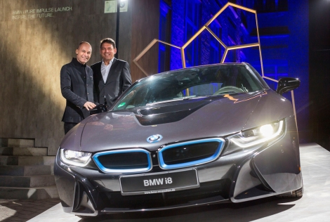 Adventurer Bertrand Piccard (l.) and Dr. Carsten Breitfeld, Head of vehicle Program BMW i8