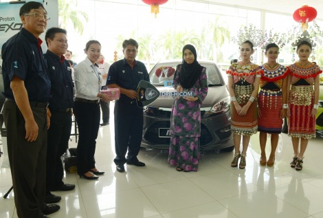 Norzahid and the management of Supernau Motors Trading Sdn Bhd with the new owner of Proton Iriz, Nur Shazwanie Binti Mahmud.