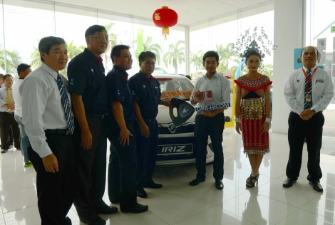 Norzahid and the management of Supernau Motors Trading Sdn Bhd with the new owner of Proton Iriz, Nelson Anak Akok.