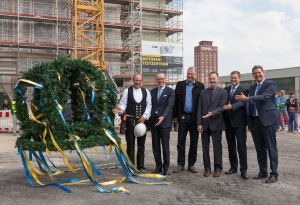 Topping-out ceremony of the new powertrain centre in Rüsselsheim: Foreman Sascha Göbel, Opel Group CEO Dr. Karl-Thomas Neumann, GM Vice President Global Powertrain Dan Nicholson, Head of the Works Council Dr. Wolfgang Schäfer-Klug, Vice President GM Powertrain Engineering Europe Christian Müller and the Lord Mayor of Rüsselsheim Patrick Burghardt (from left to right).