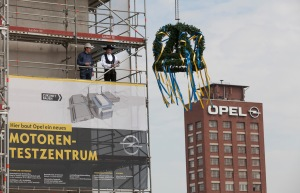 The topping-out wreath was pulled to the top of the new Opel powertrain centre in Rüsselsheim. Foreman Sascha Göbel (right) read out the topping-out address assisted by his colleague Florian Kunz.