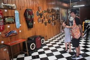 Pengunjung menikmati berbagai karya di Art Garage